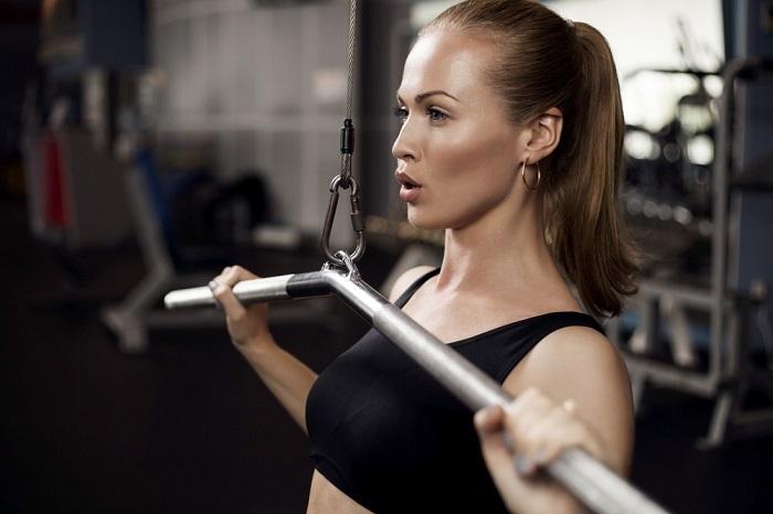 mujer-haciendo-ejercicios-pesas
