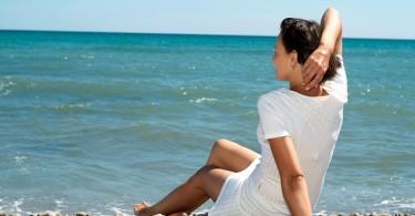mujer playa vacaciones mar
