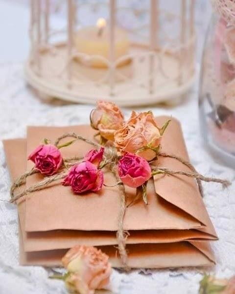 decorar regalos con flores desecadas