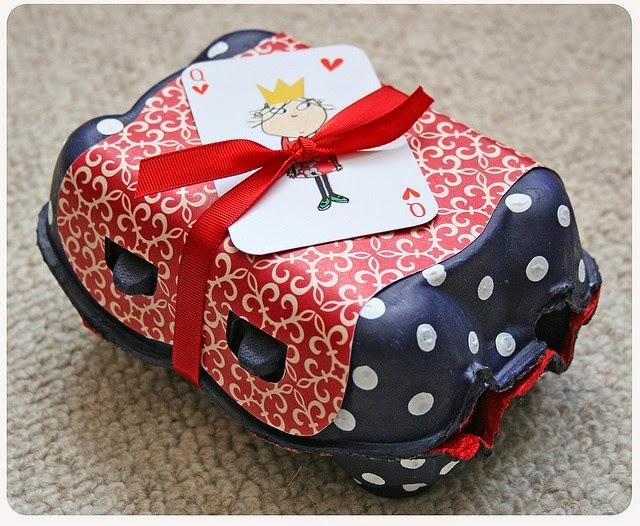 decorar regalos con caja de huevos