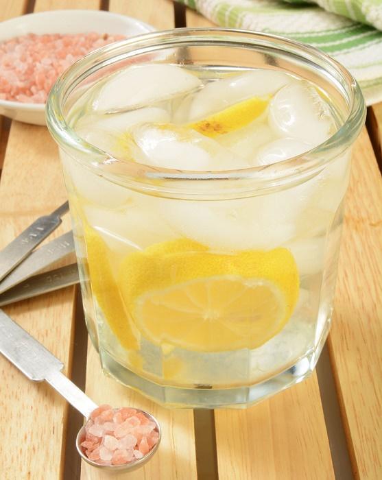 Agua alcalina limón y sal