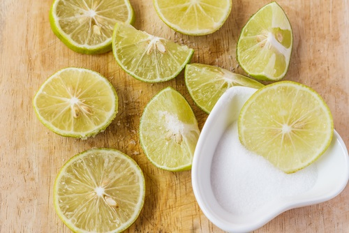 agua alcalina limones y sal del himalaya