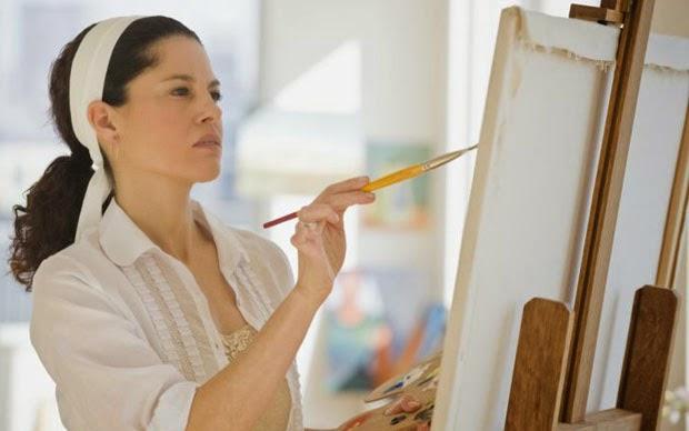 Mujer realizando un hobbie que es pintar