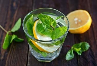 Agua con limón y menta