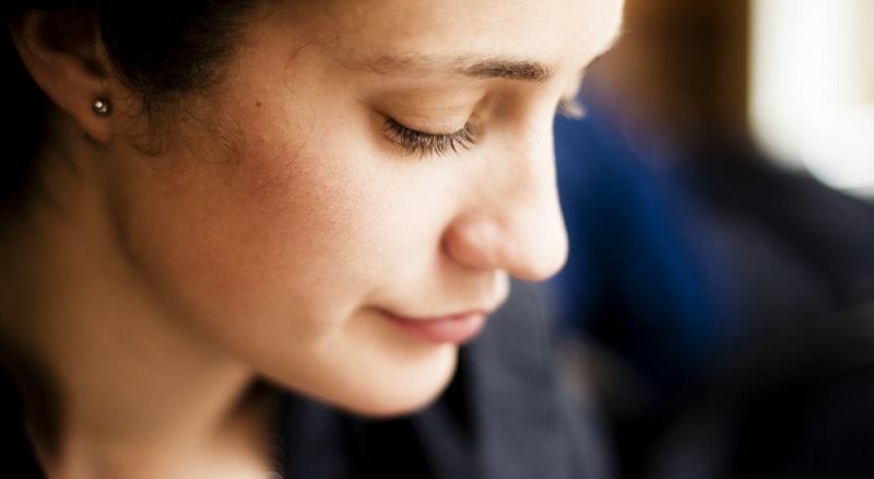 Mujer pensativa depender de los demás y ser feliz