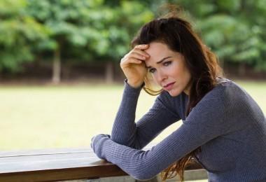 mujer pensando triste amargada