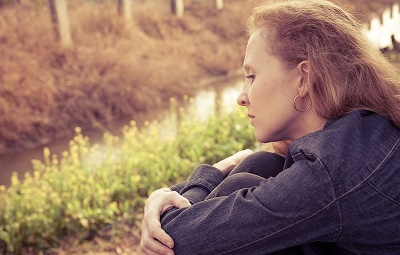 Problemas de hígado Mujer pensativa