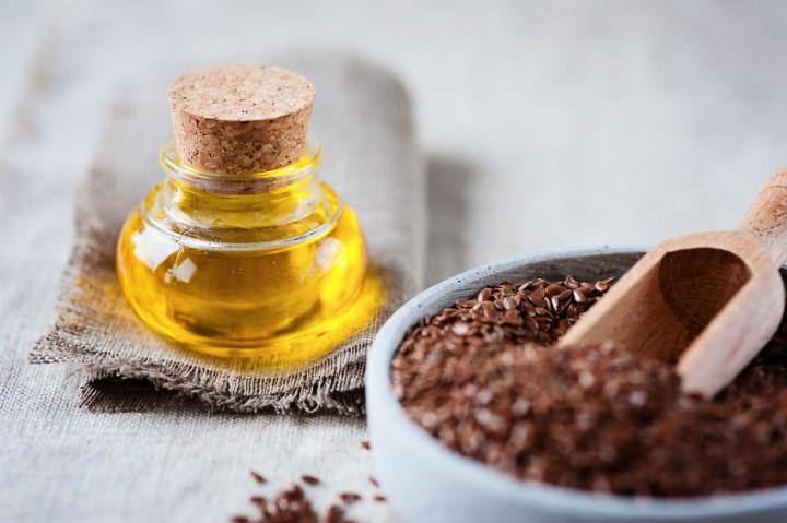 El aceite mezclar con el bálsamo para los cabellos