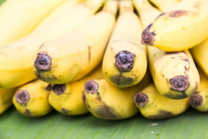 frutas platanos maduros