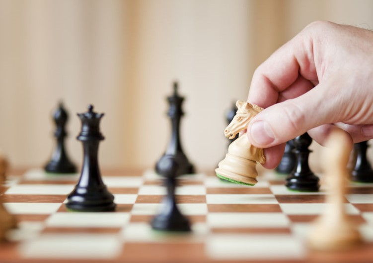 jugando ajedres para estimular cerebro