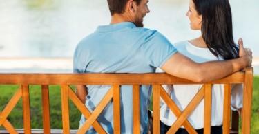 pareja dialogando en el parque