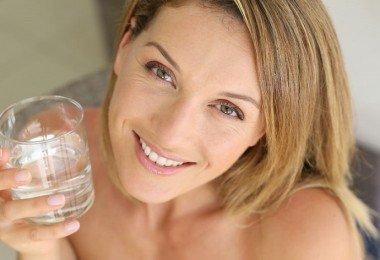 Mujer bebiendo agua2