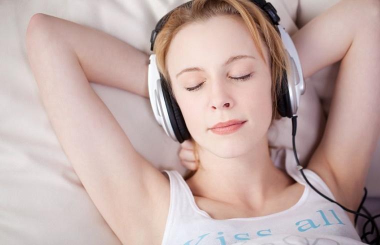 Resultado de imagen para personas relajadas escuchando musica