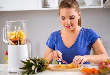 Mujer preparando jugo verde