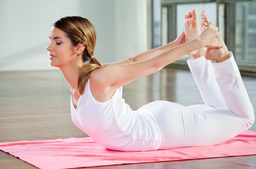 eliminar grasa de la espalda pose de arco yoga