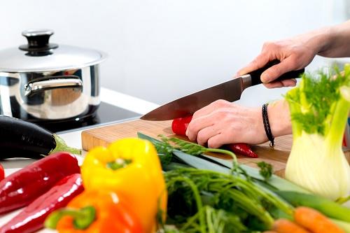 Preparando vegetales cortando verduras