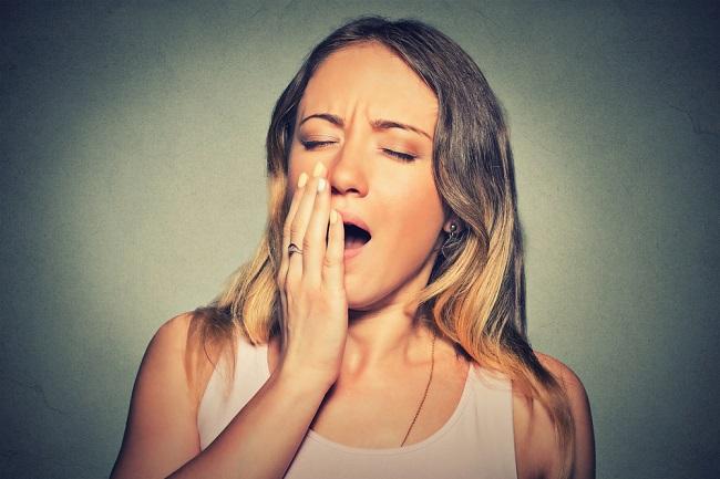 Jove mujer que padece apnea del sueño