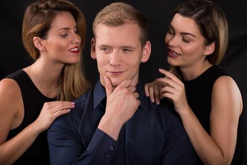 narcisista con mujeres