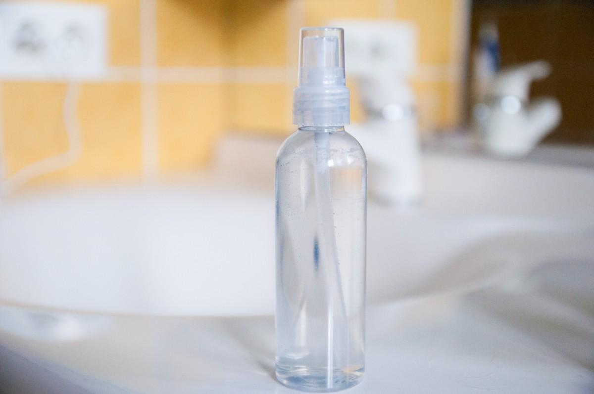 Cómo hacer agua micelar en casa  presentada en un frasco