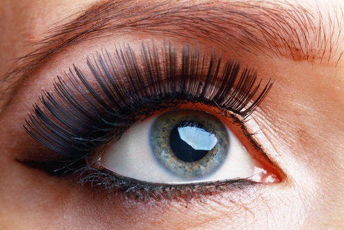 Delineador de ojos oscuro