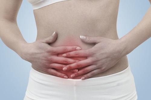 Una joven mujer padeciendo dolor menstrual