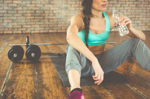 Una mujer entrena con pesas para poder aumentar su metabolismo