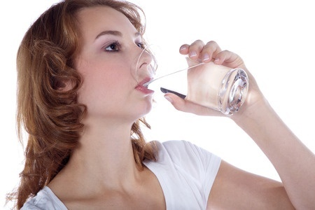 evacuar mejor Mujer bebiendo agua