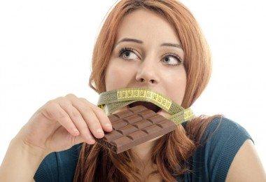 Mujer comiendo chocolate dieta