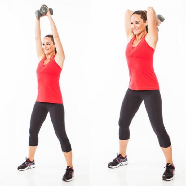 Mujer realizando ejercicios para tríceps con mancuernas