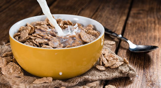 sirviendo un plato de cereales integrales