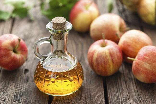 vinagre de manzanas en una botella, una poderosa fuente para quemar grasa