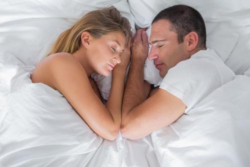 Durmiendo en pareja en la cama