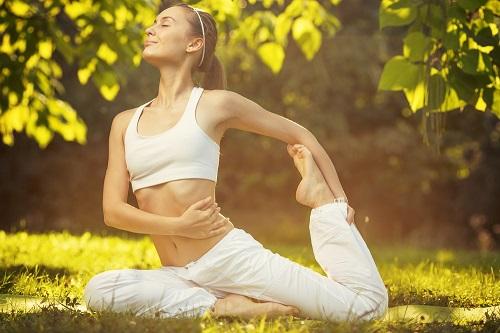 yoga para aliviar almorranas