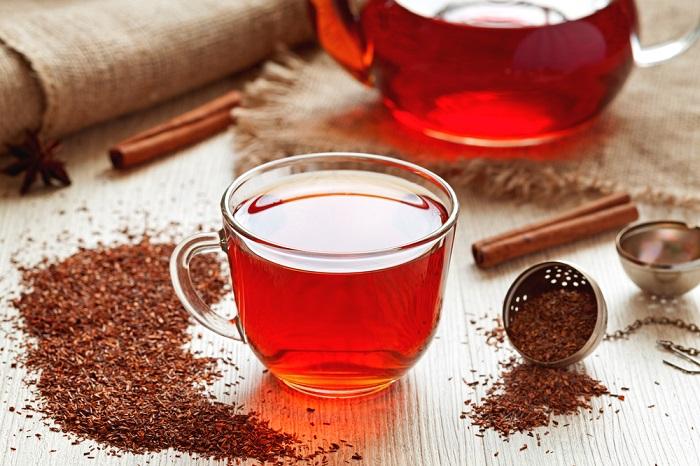 Una taza te té rojo elaborada como infusión para disfrutar de todos sus beneficios.