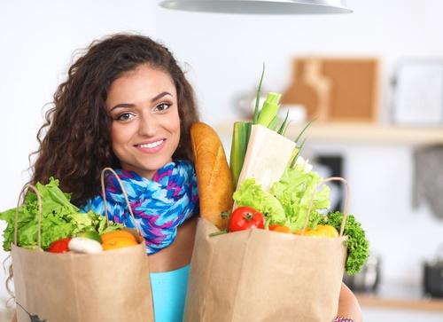 mujer compras vegetales verduras