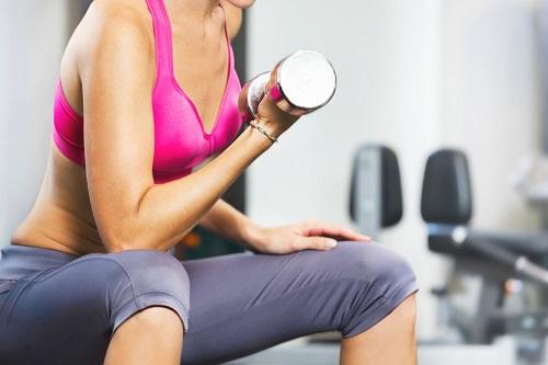 mujer mancuernas levantando pesas mejorar metabolismo