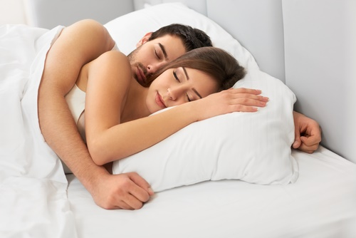 pareja durmiendo cuchara