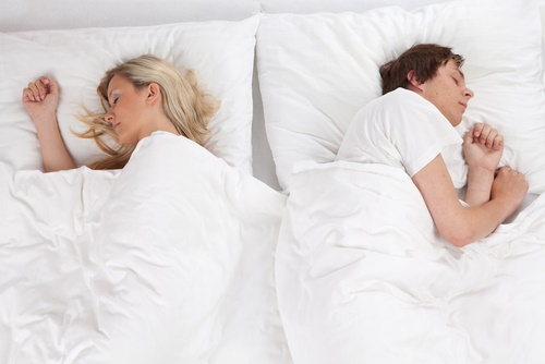 pareja durmiendo separada