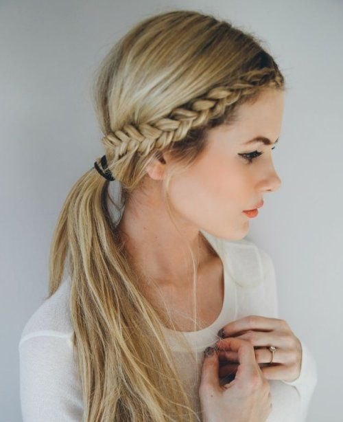 Chica lleva un peinado con trenzas al costado y una coleta baja con el pelo suelto