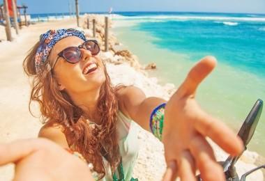 mujer riendo en la playa contenta alegre