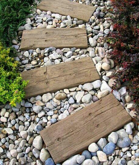 Elementos decorativos que no pueden faltar en un jard n for Caminos de piedra en el jardin
