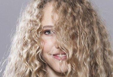 cabello muy rizado