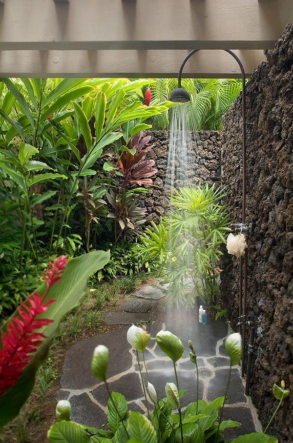 ducha en medio d ela vegetación