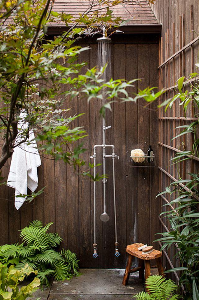 duchas naturales en madera para el patio