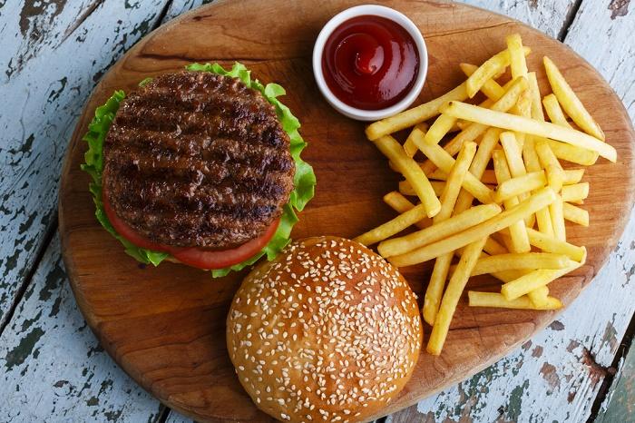 alimentos que te hacen engordar hamburguesa