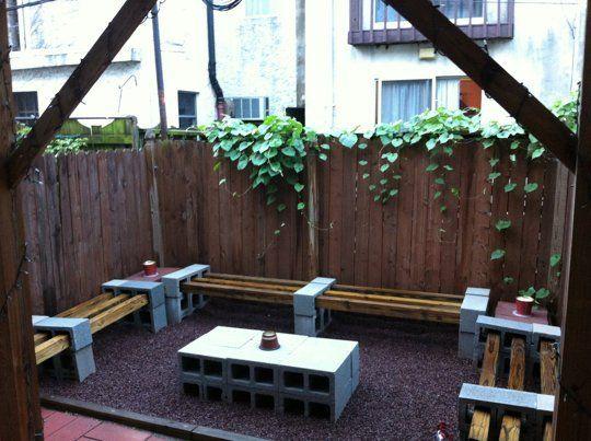 bancas en patio trasero