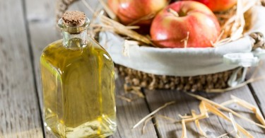 Cómo utilizar vinagre de manzana para deshacerse de la caspa