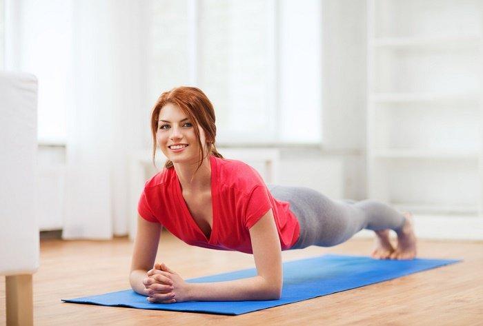 Mujer haciendo plank