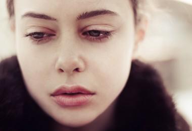 Mujer triste asustada deprimida