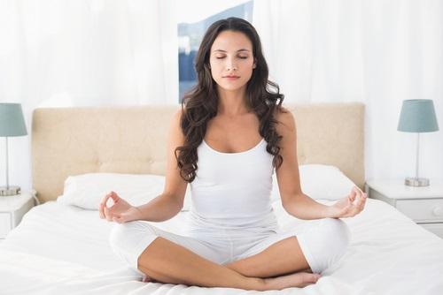 meditando habitación zen